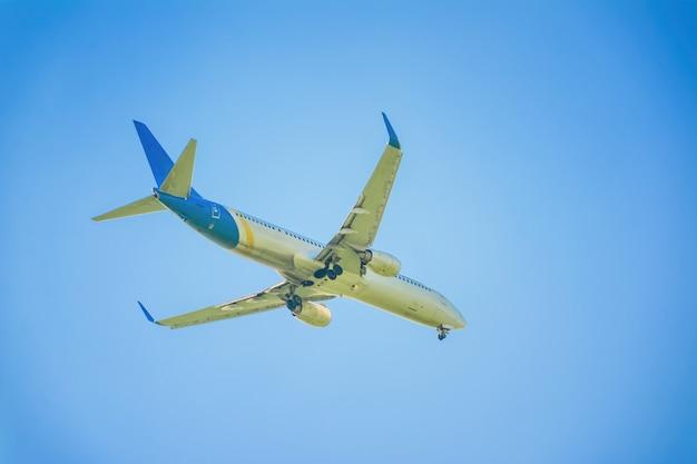 空と雲の飛行機 Premium写真