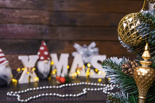 Новогодняя сцена. украшенная елка с елочными игрушками. Premium Фотографии