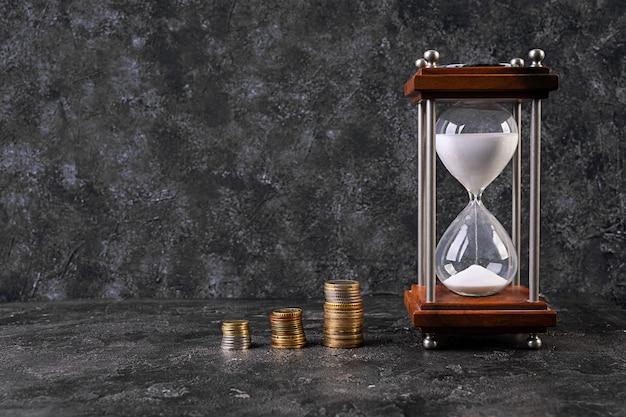Деньги, монеты, экономия времени. бизнес-концепция кризис, девальвация, экономия денег. Premium Фотографии