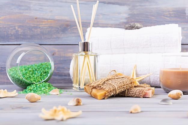 Ванные принадлежности. спа и косметические товары. понятие натуральной спа-косметики и органических средств по уходу за телом. Premium Фотографии