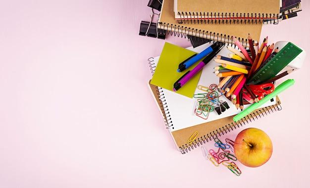 カラフルな学用品、書籍、ノートブックのセット。文房具アクセサリー。上面図。 Premium写真