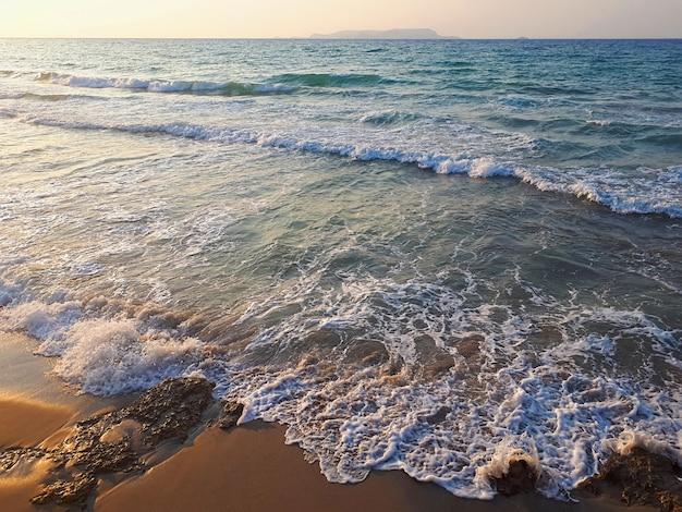 海とクレタ島のビーチ Premium写真