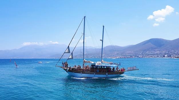 クレタ島の海でボート Premium写真