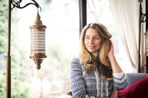 ビジネスランチでアジアのレストランでの女性 Premium写真