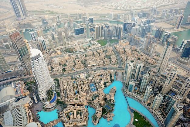 Дубай городской пейзаж на закате Premium Фотографии