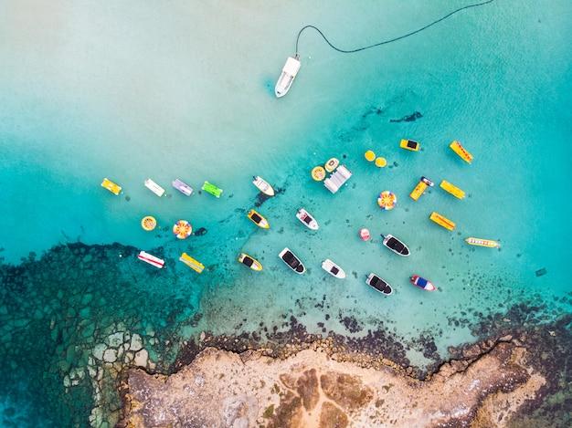 イチジクの木湾のビーチの近くに停まっているボートの島 Premium写真