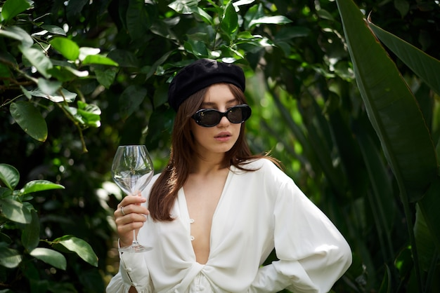 ワイングラスを保持している若い女性 Premium写真