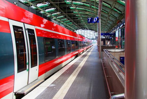 ドイツ、ベルリンの駅で赤い電車 Premium写真