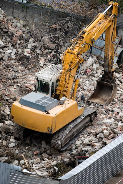 建設現場のクレーンと建物を破壊するトラクター Premium写真