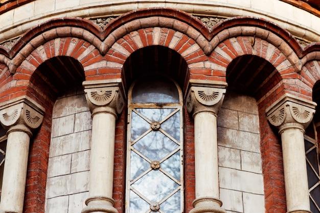 秋のキシナウ市の赤いパンテリモン教会 Premium写真