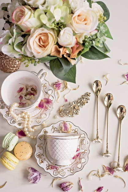 花とホワイトティーカップのクリスマス組成 Premium写真