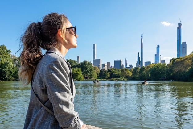 ニューヨークの中央公園で金髪の女性 Premium写真