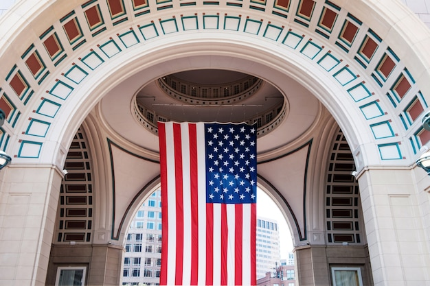 ボストンの港と港で大きなアメリカの国旗 Premium写真