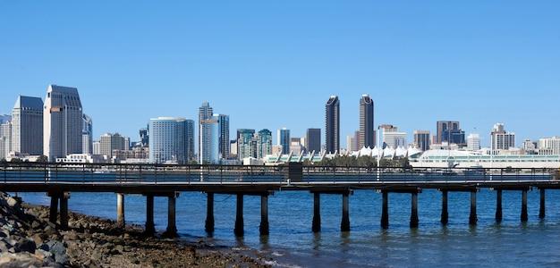 都市の景観とサンディエゴの桟橋のパノラマ 無料写真