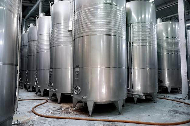 Винные металлические бочки-цистерны на винодельне Бесплатные Фотографии