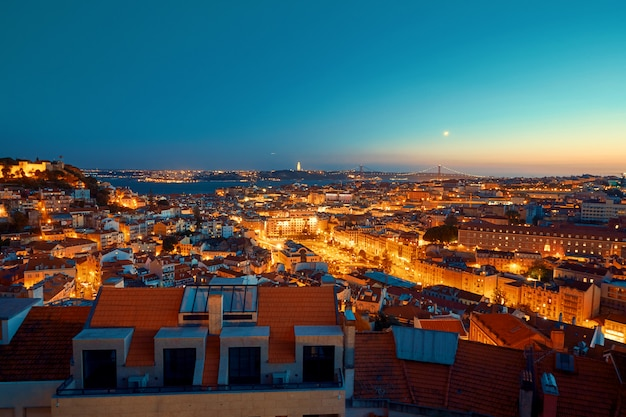 リスボンの街の夕暮れ Premium写真