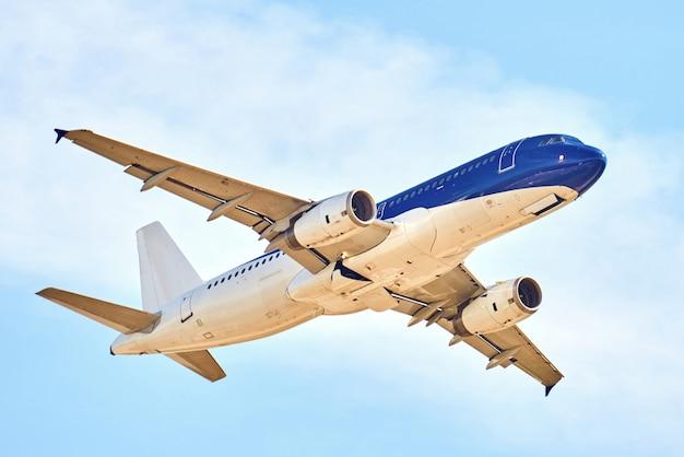 青い空を飛ぶ航空機 Premium写真