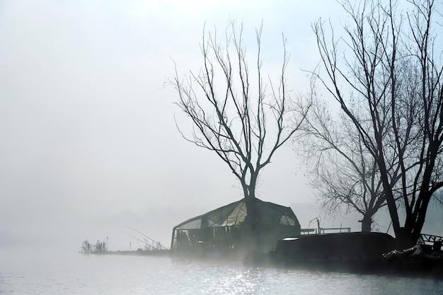 Темный остров рыбаков Premium Фотографии