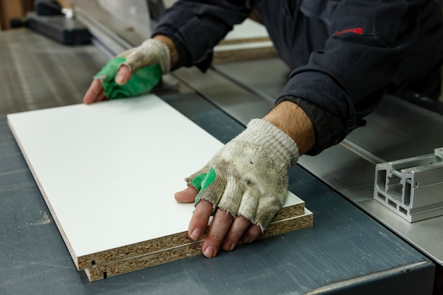 木材製品を加工するための機械、工具、装置を備えた木工ワークショップ。 Premium写真