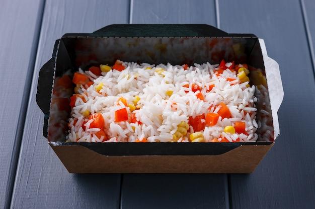 Аппетитная еда в коробках для корпоративных вечеринок Premium Фотографии