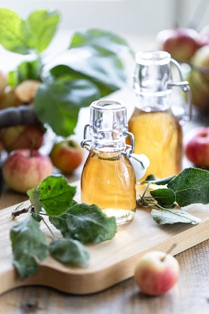 リンゴの有機酢またはサイダーのボトル Premium写真