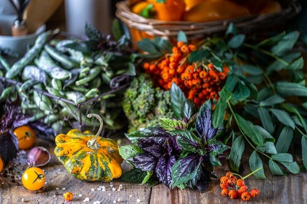 Овощи свежий био овощ в корзине. Premium Фотографии