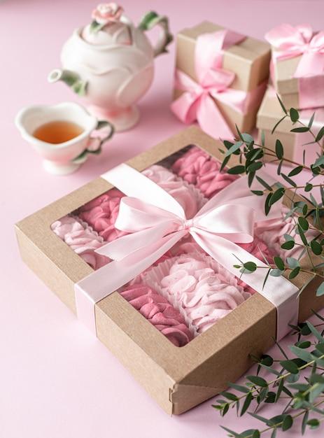Розовый домашний зефир из ягод в подарочной коробке Premium Фотографии