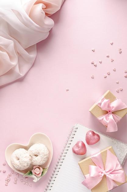 ピンクのテーブルトップビューでギフトボックスまたはギフトボックスと花。 Premium写真