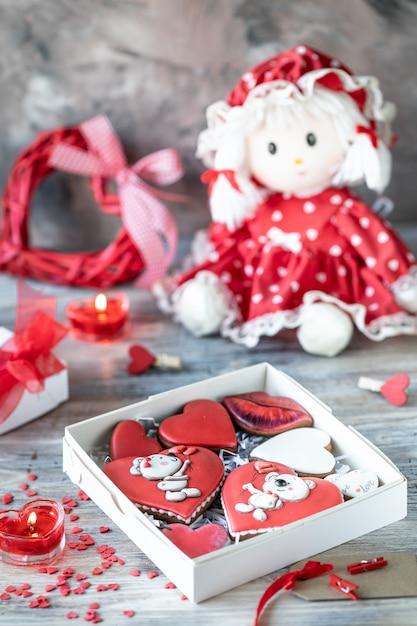 ジンジャーブレッドのクッキー、キャンドル、人形 Premium写真