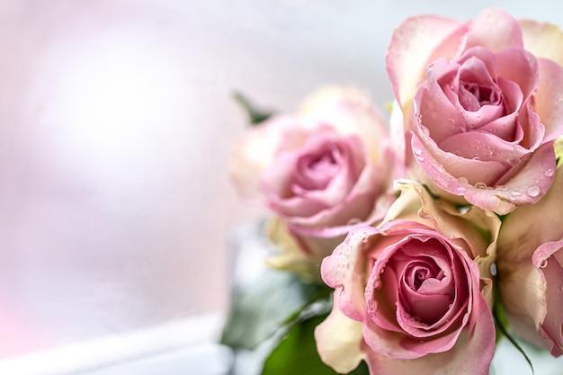 Букет из розовых роз с открытым пространством для текста. копировать пространство Premium Фотографии