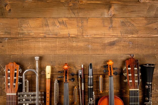 木材の背景の楽器 Premium写真