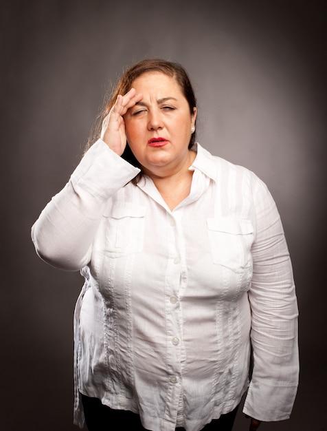 頭痛を抱えている女性 Premium写真