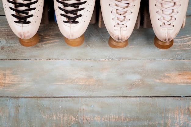 木材の背景に芸術的なローラースケート Premium写真