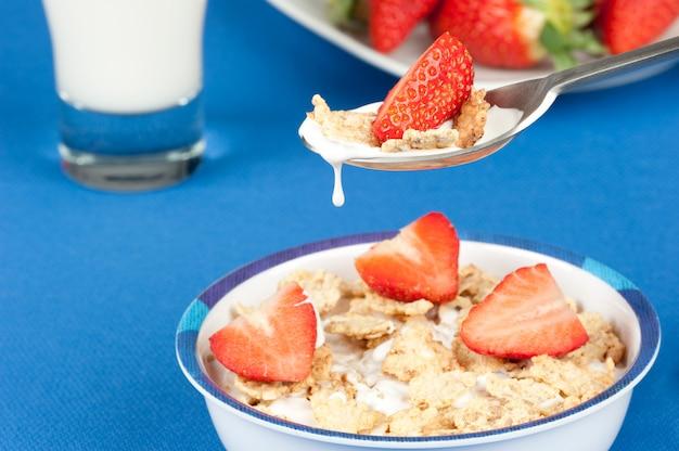 Завтрак с хлопьями и клубникой Premium Фотографии