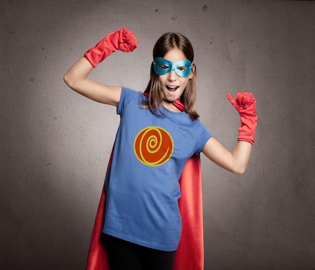 Маленькая девочка в костюме супергероя Premium Фотографии