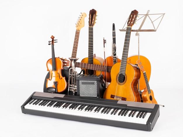 Музыкальные инструменты на белом фоне Premium Фотографии