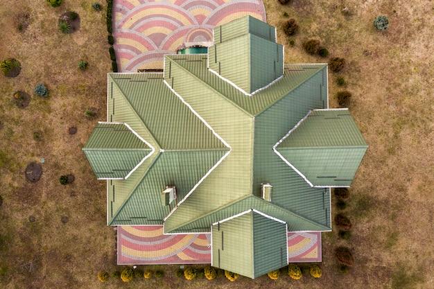 新しい住宅の屋根の空中のトップビュー。 Premium写真