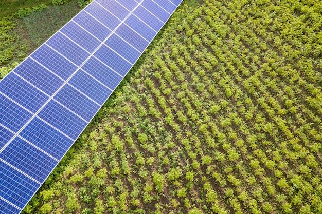 緑の芝生の上の青いソーラーパネル。 Premium写真