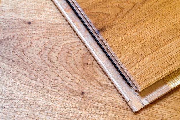 茶色の木製の寄せ木張りの床板 Premium写真