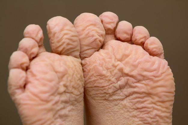 Крупный план детей морщинистых ног после долгой ванны Premium Фотографии