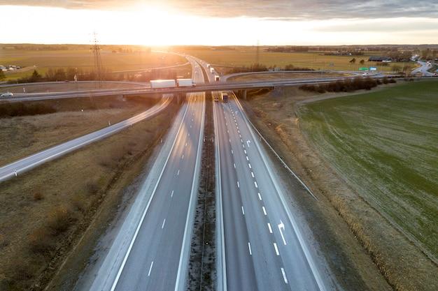 現代の高速道路の交差点の空撮 Premium写真