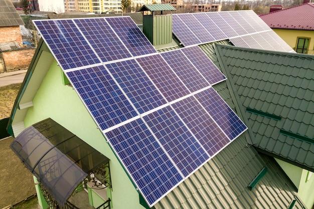 屋根に太陽光発電パネルのある家 Premium写真
