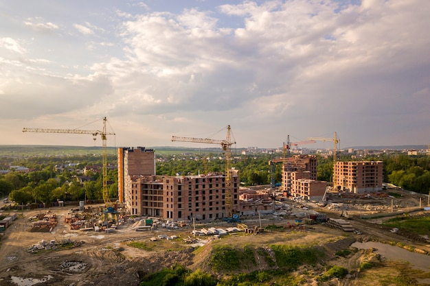 建築現場の空撮。建設中のアパートまたはオフィスビル Premium写真