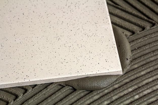 Керамическая плитка и инструменты для плиточника Premium Фотографии