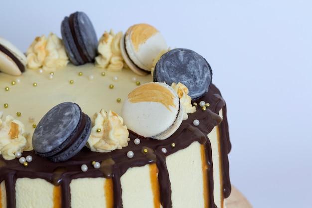 美しい甘いケーキ、マカロンとケーキのクローズアップ Premium写真