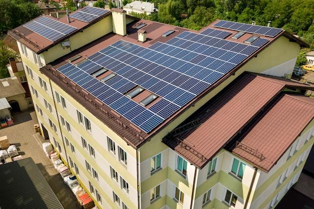 建物の屋根の多くのソーラーパネルの空撮。 Premium写真