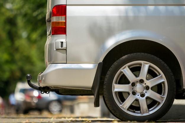 都市通りに駐車された牽引バー付きの旅客ミニバスバン Premium写真