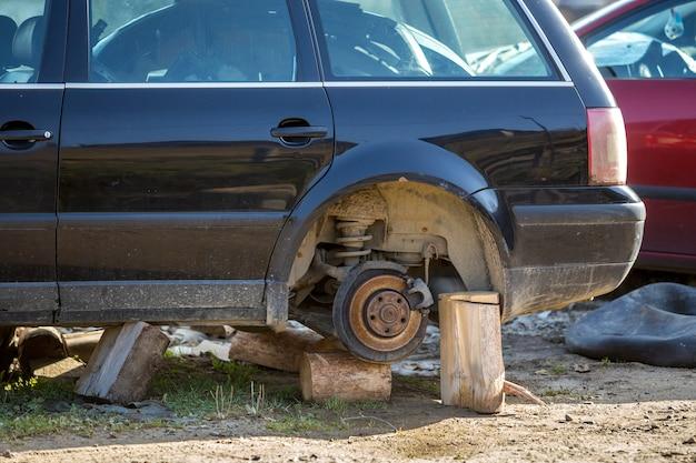 古い見捨てられたさびた壊れたゴミ車 Premium写真
