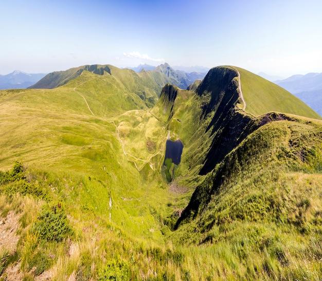 緑の山の丘の広いパノラマ。夏のカルパティア山脈。 Premium写真