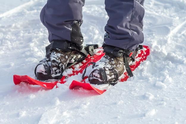 Крупный план человека лыжника ноги и ноги в короткие пластиковые яркие профессиональные широкие небеса Premium Фотографии